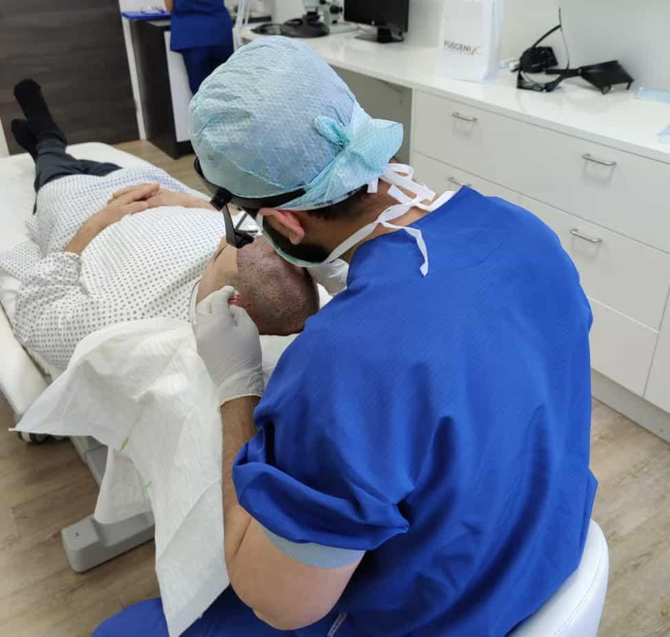 Fue Genix Haarkliniek Dr Munib Ahmad Behandelt Een Patient 2